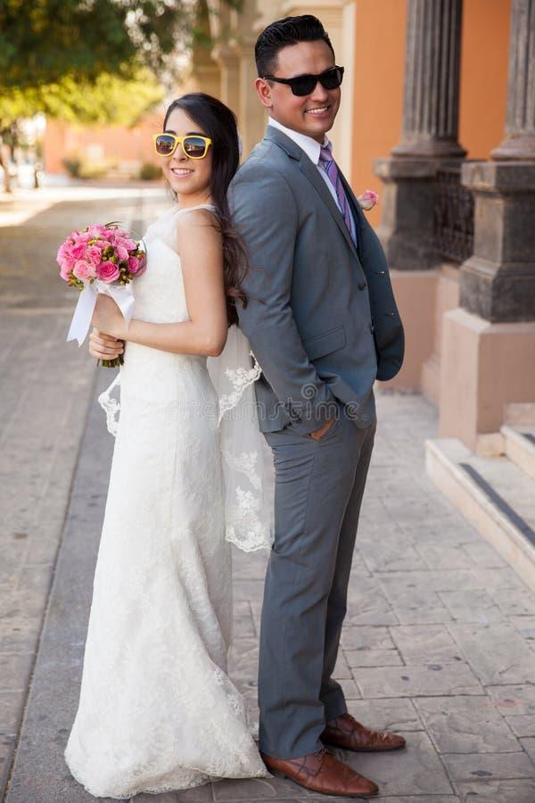 Noivos com óculos de sol fotografia de stock