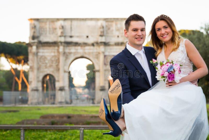 Noivos com & x27; Apenas Married& x27; escrito em solas da sapata, Roma imagens de stock