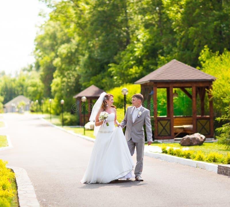 Noivos elegantes fora em um dia do casamento fotografia de stock