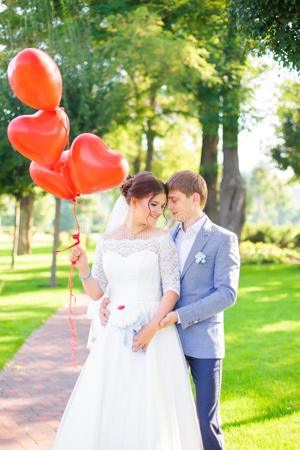 Noivos felizes bonitos dos pares que abraçam-se fotografia de stock royalty free