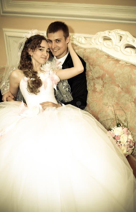 Noivos felizes em seu casamento imagens de stock