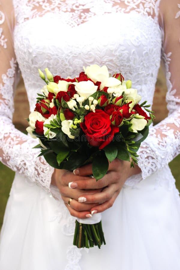 Noivos felizes em seu casamento que abraça, noiva com ramalhete, casamento, recém-casados, close-up do ramalhete fotografia de stock
