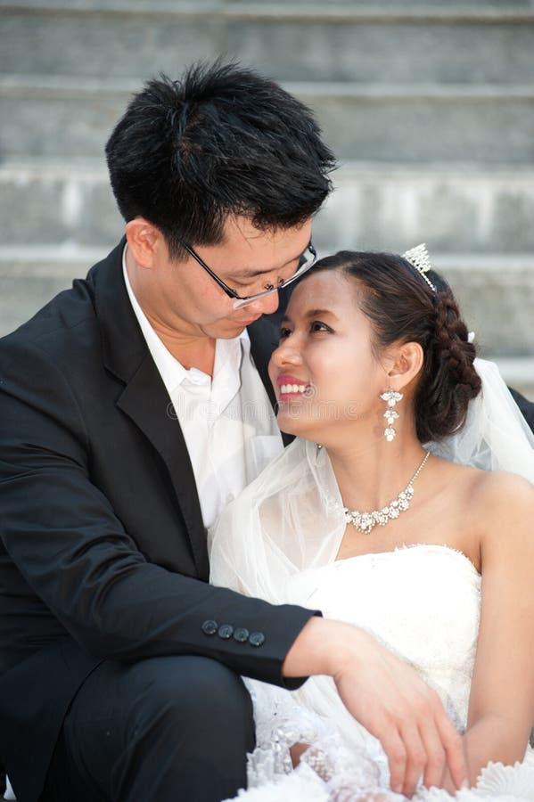 Noivos felizes em seu dia do casamento. fotografia de stock