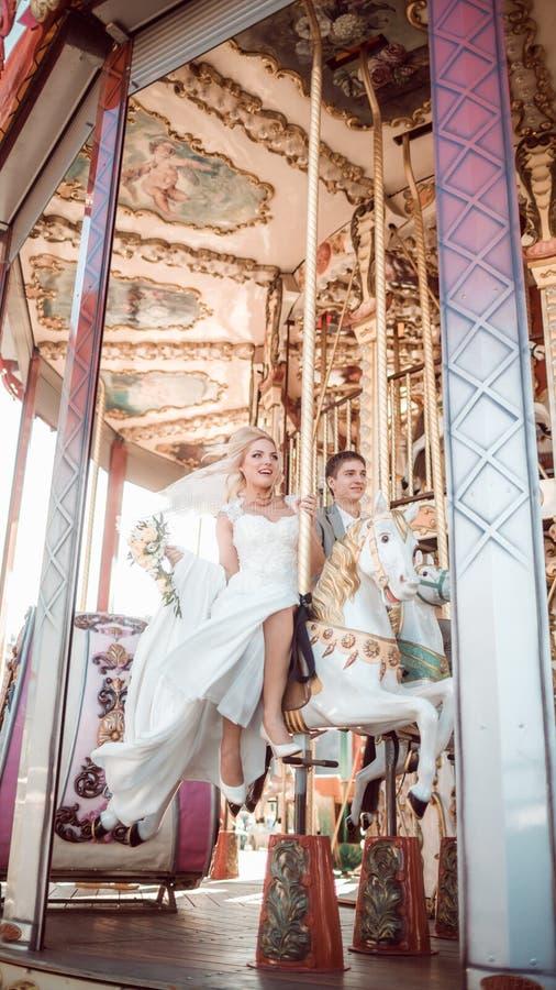 Noivos felizes no dia do casamento foto de stock