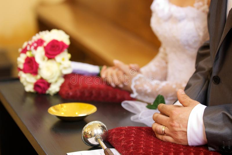 Noivos no altar fotografia de stock