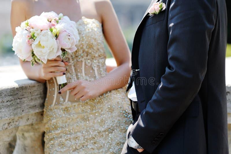 Noivos no dia do casamento em Roma, Itália foto de stock