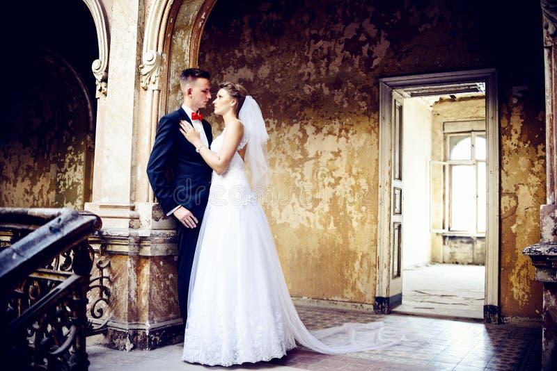 Noivos no palácio arruinado velho fotografia de stock royalty free