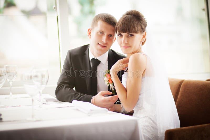 Noivos no restaurante imagens de stock royalty free