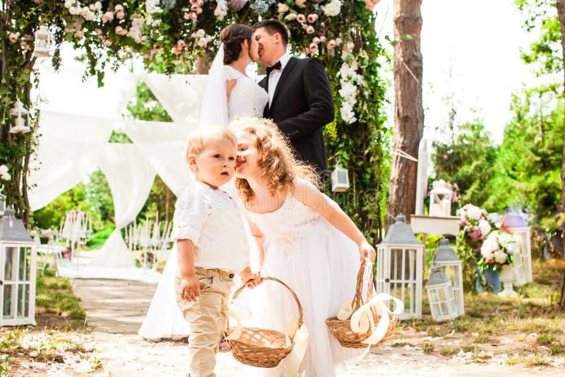 Noivos que beijam na cerimônia de casamento fotografia de stock
