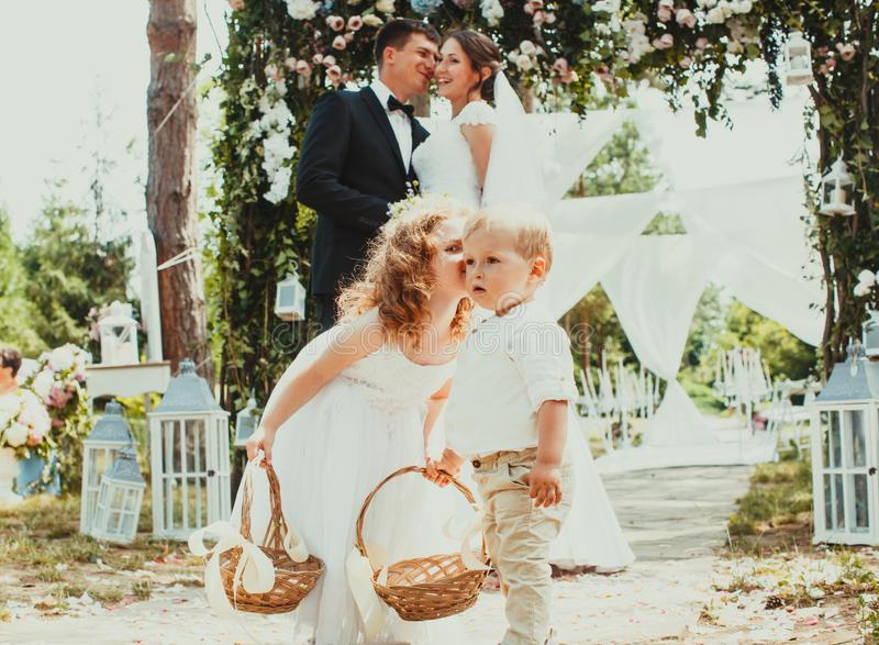 Noivos que beijam no casamento foto de stock royalty free