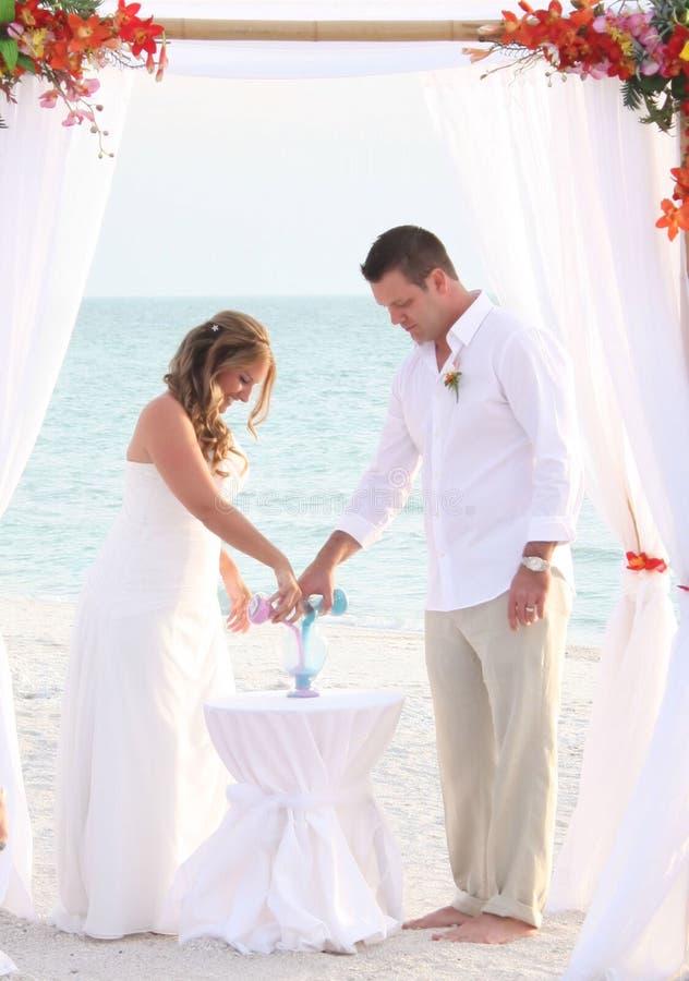 Cerimónia da areia do casamento imagem de stock royalty free