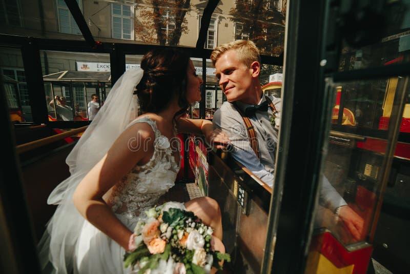 Download Noivos Que Levantam Em Um Carro Da Excursão Foto de Stock - Imagem de celebration, caucasiano: 65577108