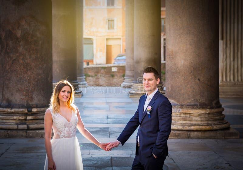 Noivos que levantam nas ruas velhas de Roma, Itália imagem de stock royalty free