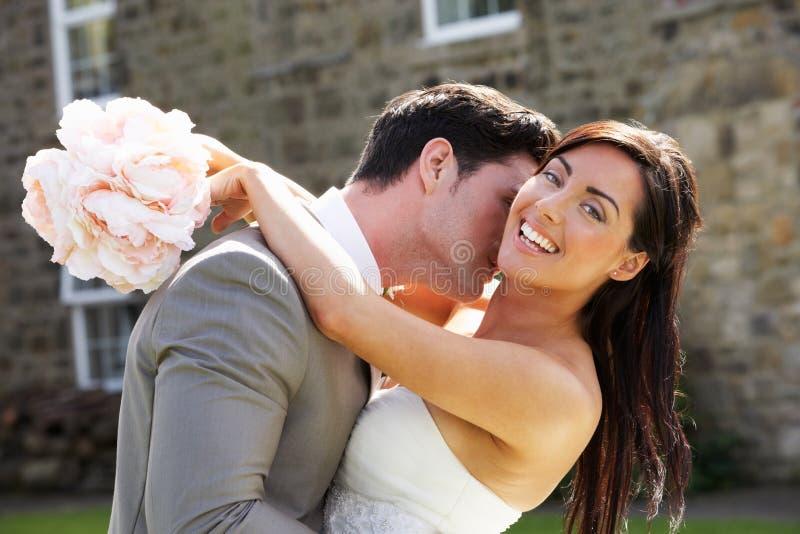 Noivos românticos Embracing Outdoors imagem de stock royalty free