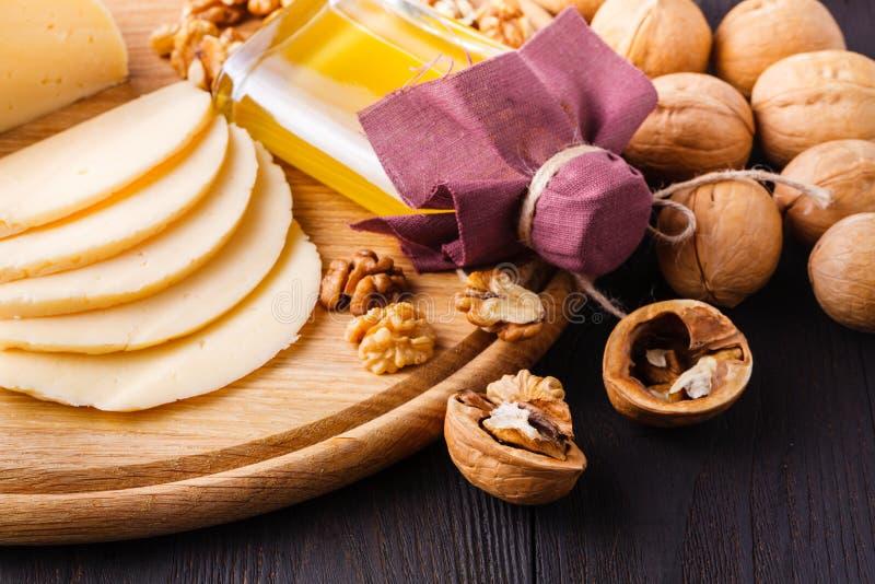 Noix dans la coquille, noix écossées et huile de noix Il est employé en nutrition diététique et saine La source des vitamines et  photos libres de droits