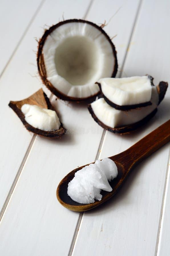 Noix de coco avec de l'huile de noix de coco images libres de droits