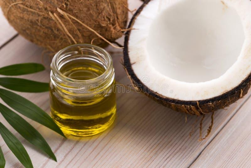 Noix de coco et huile de noix de coco photographie stock
