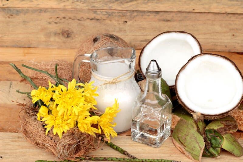 Noix de coco et lait, Cocos d'huile pour la nourriture saine organique et beauté photo stock