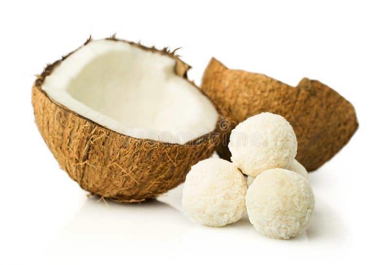 Noix de coco et sucreries dans des flocons de noix de coco images libres de droits