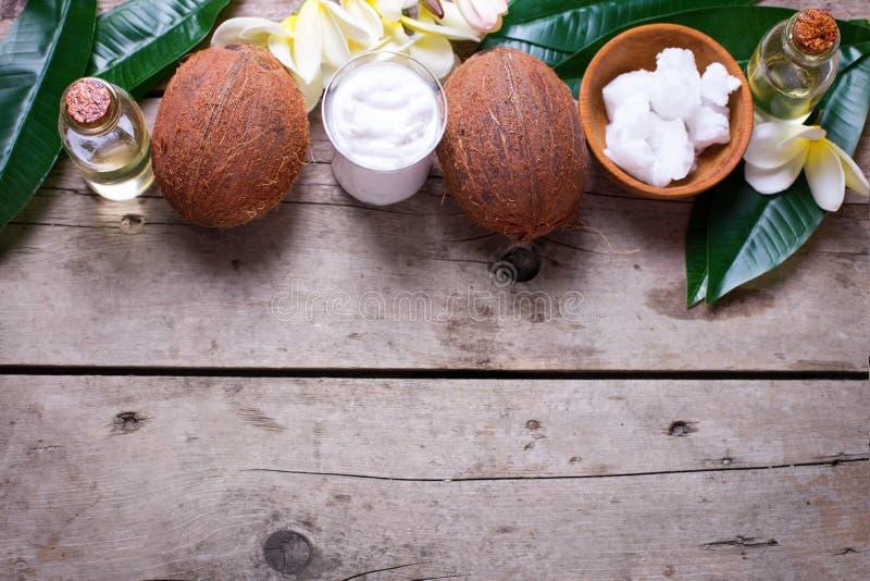 Noix de coco, huile de noix de coco et lait photographie stock