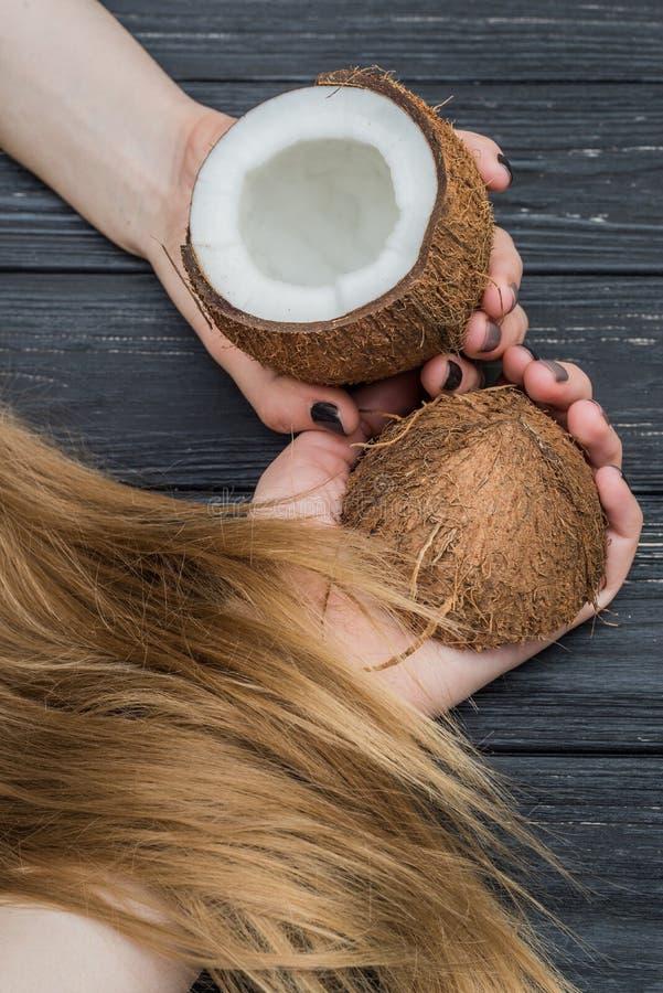 Noix de coco, mains et cheveux photo stock