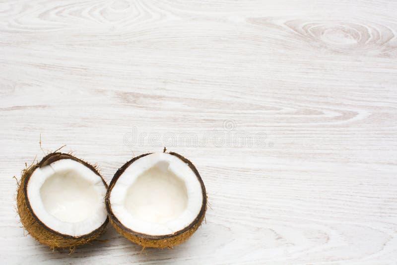 Noix de coco tropicale sur le bois image libre de droits