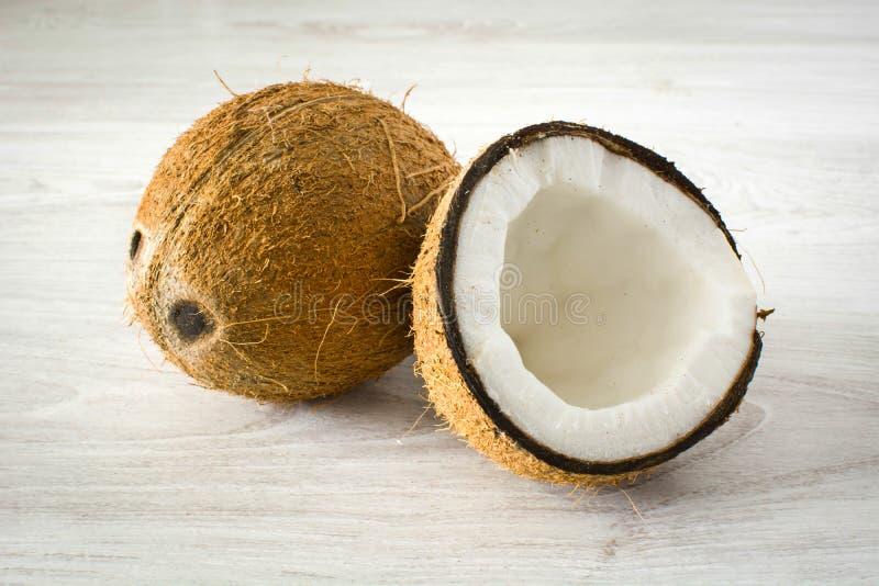 Noix de coco tropicale sur le bois photos stock