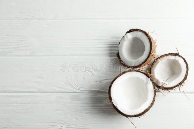 Noix de coco tropicales sur le fond blanc image libre de droits