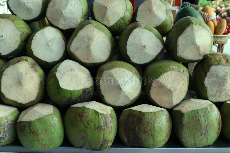 Noix de coco de vert de pile images stock