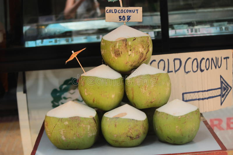 Noix de coco vertes à vendre images libres de droits