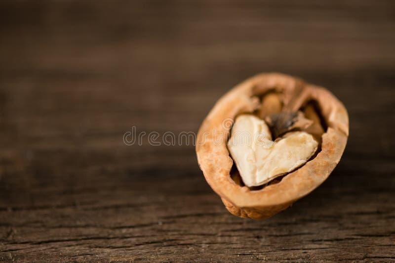 Noix en forme de coeur attendant pour être découvert ensemble photographie stock