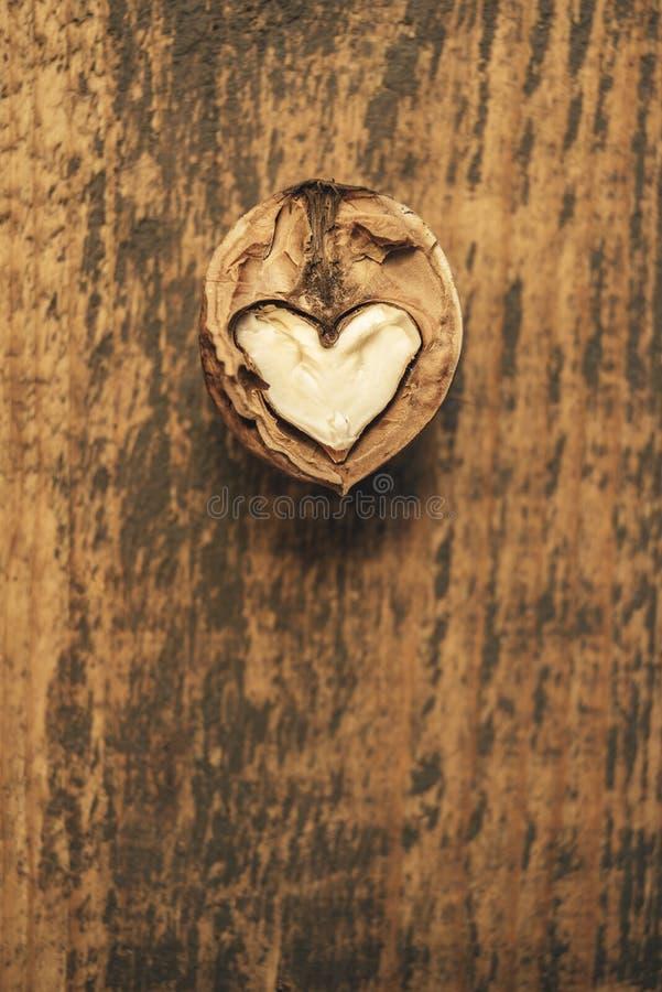 Noix en forme de coeur sur un fond en bois images stock