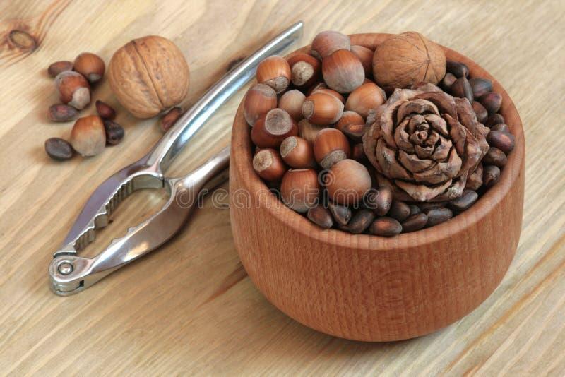 Noix et casse-noix. photographie stock libre de droits