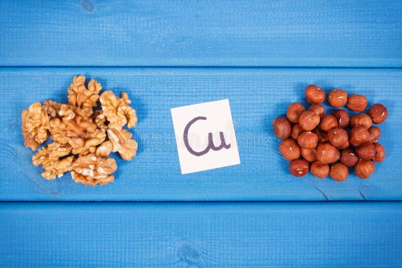 Noix saines et noisettes contenant le cuivre, les minerais et la fibre alimentaire, concept sain de nutrition photo stock
