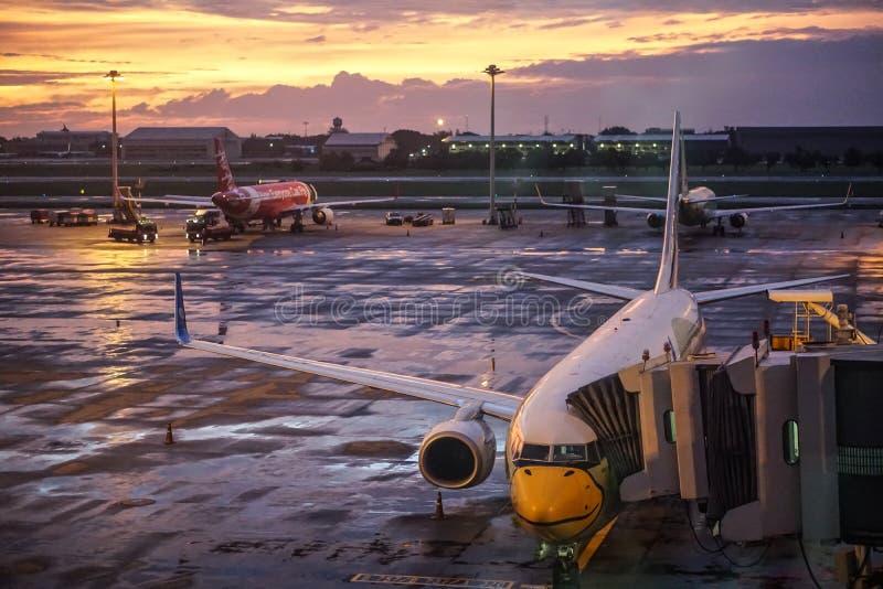 Nok空气和亚洲航空飞机在唐Mueng机场,曼谷,泰国 库存图片