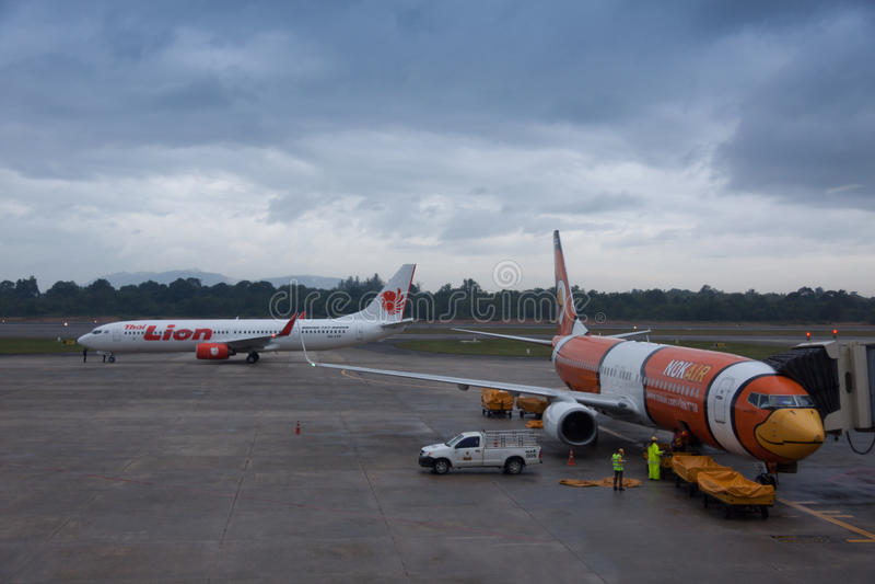 Nok空气和狮航飞行登陆在合艾国际性组织Airpo 免版税库存照片