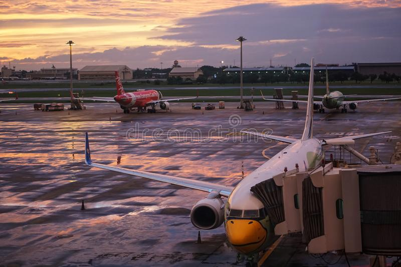 Nok Lucht en van Luchtazië Vliegtuig in Don Mueng Airport, Bangkok, Thailand stock afbeeldingen
