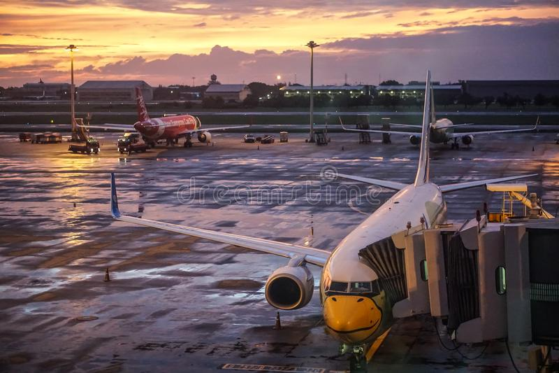 NOK-Luft und Air- Asiaflugzeug bei Don Mueng Airport, Bangkok, Thailand stockbilder
