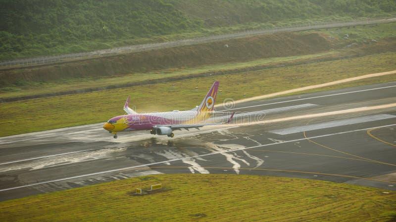 Nokair dróg oddechowych samolot, Boeing 738, Ląduje przy Phuket airpo zdjęcie stock