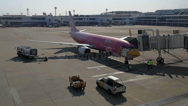 Nokair na porta em Don Maung Internationnal Airport, Tailândia imagem de stock
