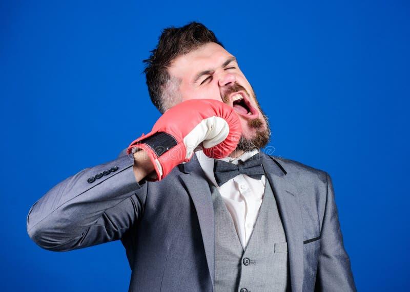 nokaut i energia wojownik brodaty m??czyzna w bokserskich r?kawiczek uderza? pi??ci? biznesmen w formalnym kostiumu i krawacie Bi obraz royalty free