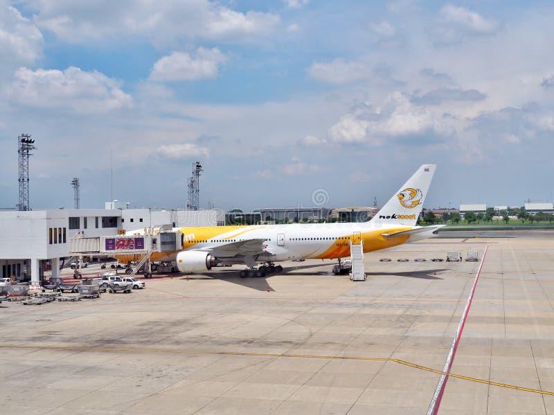 NokScoot-` s Boeing 777-200 parkte bei Don Mueang International Airport stockfotos
