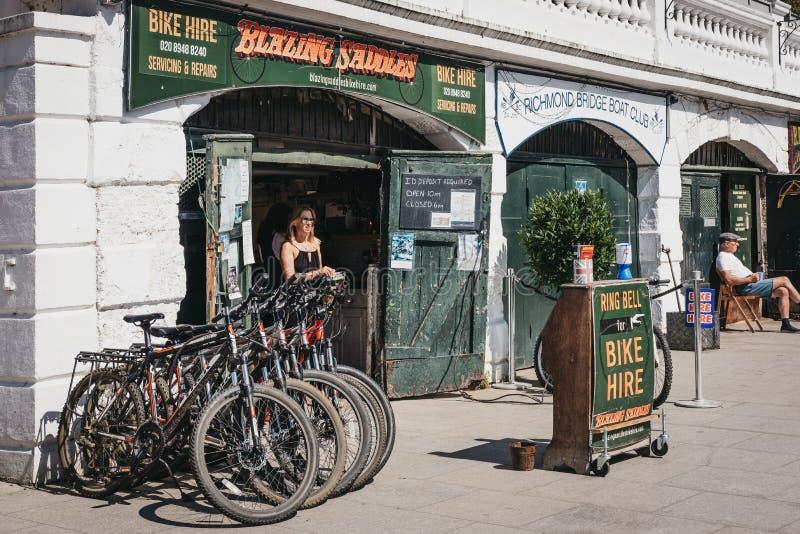 Noleggio ardente della bici delle selle sulla riva del fiume del Tamigi a Richmond, Londra, Regno Unito fotografia stock