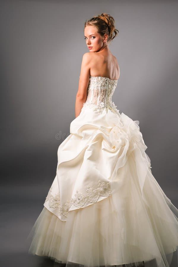 Noli junge Braut, die herrliches Kleid trägt lizenzfreie stockfotos