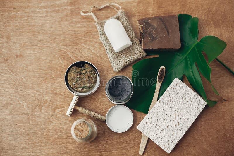 Nollavfalls, plast- fri skönhetväsentlighet Naturlig tvål, fast schampo i metalltenn, återvinningsbar rakkniv, kristallecodeodora royaltyfri foto