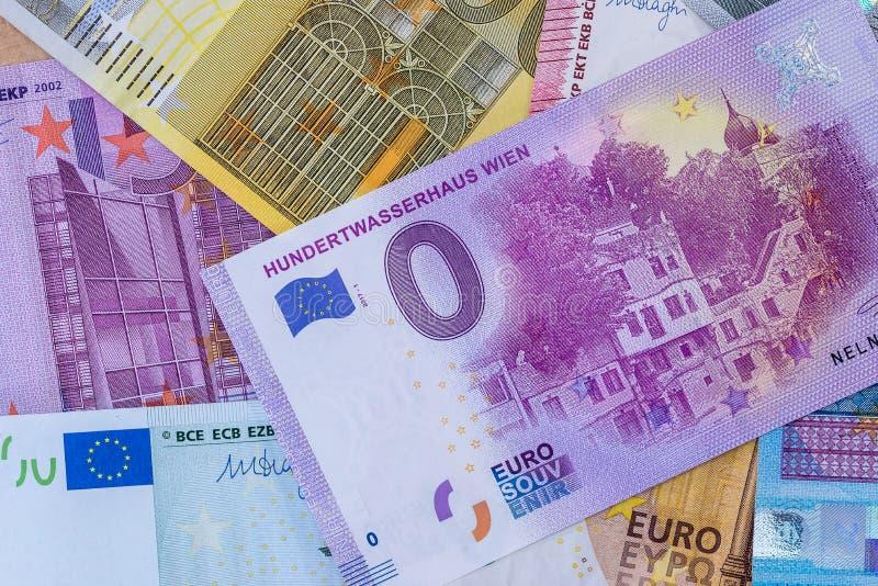 Nolleurosouvenir på högen av eurosedlar arkivfoton
