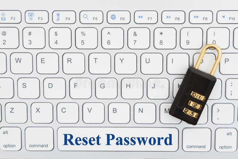 Nollställningslösenord med låset på ett tangentbord royaltyfri bild