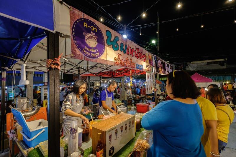 Nom Neaw, gelo da barbeação com Sweetened condensou o leite no mercado da noite de Sikhio fotografia de stock