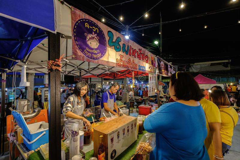 Nom Neaw, hielo del afeitado con Sweetened condensó la leche en mercado de la noche de Sikhio fotografía de archivo