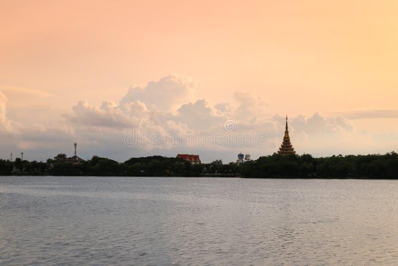 Nom thaïlandais de temple de silhouette et x22 ; Wat Nong Wang et x22 ; est situé dans Khonkaen, beau ciel de la Thaïlande tandis images stock
